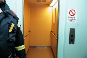 Det var hissdörrarna som inte gick upp, när man hade kommit upp till andra våningen.