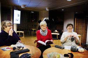 Kerstin Wallin, Elsie Berg och Märta Gärdin hinner med många skratt under kvällen.