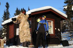 Rätt klädd för kylan, med rysk vargskinnspäls är den här skidgästen. Liftskötaren Jonas Gardsiö från Idre hade den här dagen gärna varit klädd i en sådan päls. Det går väl an nu när solen kommit fram och temperaturen stigit till runt minus 20 grader, säger Jonas. Foto:Nisse Schmidt