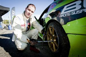 Johan konstaterar att däck och bensin är stora kostnader och utan sponsorer skulle han inte kunna hålla med drifting.