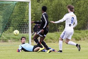 Emil Dahlsten fick göra flera ingripanden när Tandsbyns vassa forwards sprang sig fria. Här blev det inget mål.