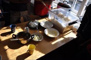 Bärplockarna från Bangladesh försågs på tisdagseftermiddagen med mat i förläggningen i Bensjö.