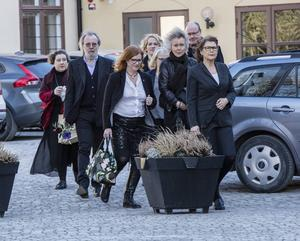 Benny Andersson var en av gästerna när Josefin Nilsson begravdes i Visby domkyrka.
