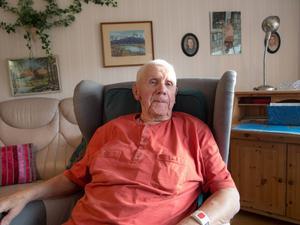 Rutiner är till för att hållas tycker 90-årige Allan Björklund. När hans hustru Karin nyligen avled gjorde han dock ett avsteg och bytte till hennes favoritfåtölj i vardagsrummet.