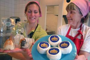 """Gro Hylén och Ann Klensmeden, högaktuella mejerskor på Åsberget med sina hög-aktuella produkter """"Victoria och Daniel"""" och """"Eyjafjallajökull""""."""