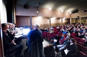 Diskussionen om framtidens skola lockade många till Biografteatern i Kilafors.