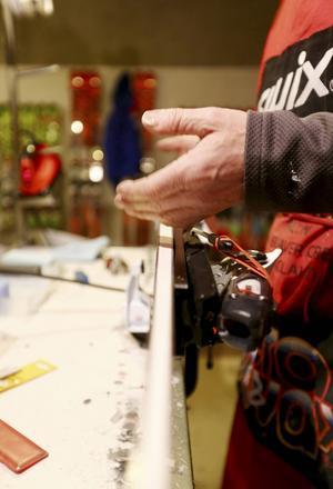 De här fingrarna är viktiga för Frida Hansdotter och Maria Pietilä Holmners möjligheter i pisten. Servicemannen Losze Debelak lägger sista handen vid svenskornas skidor inför helgens tävlingar.