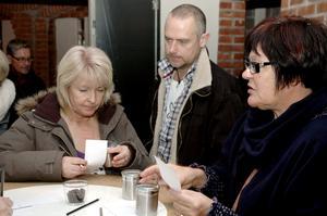 Lukt. Annette Nilsson, Per Nilsson och Ingegerd Stenström testade luktsinnet.