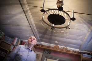 –Det är ett väldigt trivsamt hus. Det spökar lite grand men det får man väl acceptera i ett gammalt hus, säger Sune Ellström, som köpte huset när det var nära förfall. Nu är det vackert renoverat.