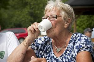 Ines Nordström var en av dem som njöt både av kaffet och kakorna och det vackra vädret.
