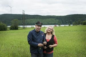LissEllas prisade senap kommer i år att tillverkas av senapsfrön från åkern i Dormsjö som här snart ska slå ut i blom. Liselotte Dahlin är smakutvecklare och Olle Bengtsson senapsmakare.