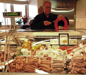 Leif Hellström har efter 30 år sålt sin butik Hellströms Livs i Vikarbyn till Thomas Östlund, Tällberg.