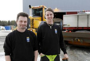 Stefan Eriksson och Jonatan Hellström kör hjullastare respektive lastbil. De började jobba tidigt på juldagsmorgonen med att sanda i Östersund med omnejd.