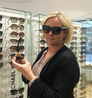 Anna Hedensjö Johansson har tagit på solglasögonen.
