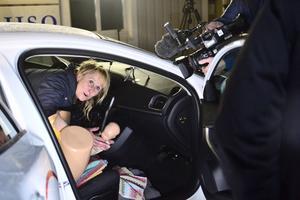 Barnmorskan Maria Dahlberg förevisar förlossning i bil.