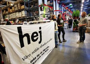 Aktivisterna Viktor Wikman, Elin Götmark, Mathias Wogenius och Linda  Ellegaard Nordström deltog i aktionen på Ikeas varuhus i Birsta i går.De delade ut 400 flyers till butikens kunder med budskap som att