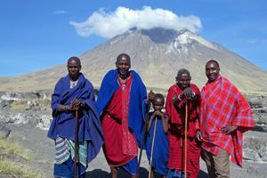 Några av massajerna framför den aktiva vulkanen Ol Doinyo Lengai nära sjön Lake Natron i norra Tanzania. Vulkanen kallas för