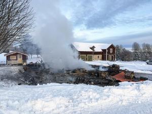 Huset totalförstördes men mannen som bodde i huset klarade sig bra.