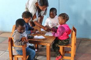 De allra yngsta barnen lär sig rita.