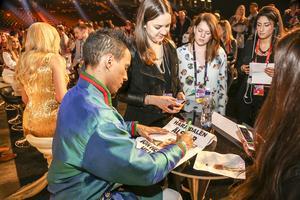 Jon Henrik Fjällgren skriver autografer efter andraplatsen i Melodifestivalen 2015.