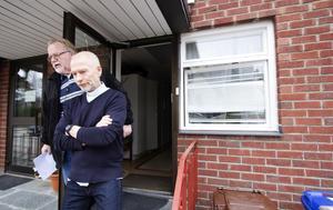 Förstörelse. Kyrkvaktmästare Lars-Erik Byhlin och kyrkoherde Leif Lindh fick en massa extra arbete på grund av inbrottet och vandaliseringen. Foto: Mikael Johansson
