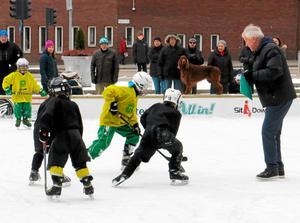 Så här såg det ut när det var vintersportfestival på isbanan på  Aseatorget i fjol. Curre Lundmark hittade nya stjärnor.