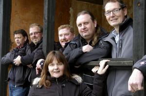 35 år som Deilys. Bandet spelar fortfarande ihop. Sören Henrixon, Janne Danielsson, Leif Ericsson, Hasse Östman, Mikael Ståhl och Susanne Henrixon.