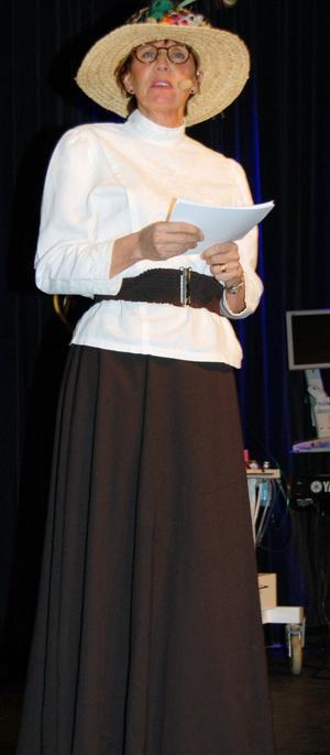 Karin Stikå Mjöberg, landstingsdirektör l iförd tidsenlig dräkt från 20-talet presenterade nostalgin under jubileumsfesten.