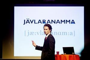 Alla i kör! SMT-chefen Jonas Gustavsson fick snabbt med sig Sandvikenborna i jubileumstältet, som fladdrade till på Jerntorget när alla till slut vrålade