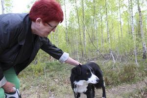 Matte Sarah adopterade Elliot via en förening för övergivna hundar.