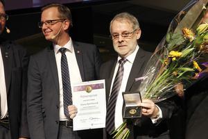 Hans Björklund fick motta Polhemspriset av nye näringsministern Mikael Damberg.