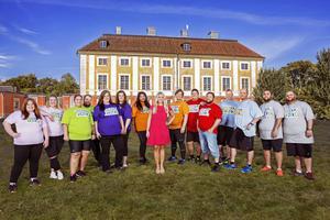 Programledaren Anna Brolin flankerad av årets deltagare i
