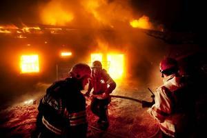 Larmet om branden i ladugården i Kallsta          inkom just före klockan 23:30 i onsdags kväll och då var byggnaden redan övertänd. Men de djur som fanns i byggnaden kunde evakueras.  Foto: Håkan Luthman