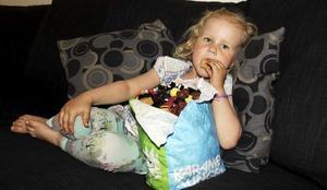 4 kilo smågodis. Fyraåriga Wilma Björnberg-Berglund orkar inte lyfta den fyllda godispåsen. Efter ett par godisar har hon tröttnat på den enorma påsen.