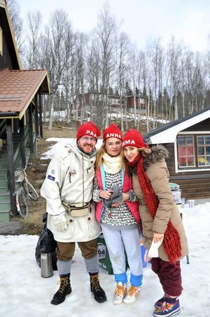 Pappa Rudolf, storasyster Anna och mamma Karin på inspelningsplats.