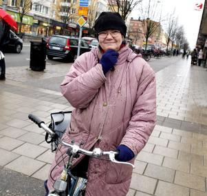 Else-Britt Talts äger två cykelhjälmar, men ingen av dem sitter på huvudet.– Det är obekvämt. Men jag är väl medveten om riskerna och cyklar försiktigt.