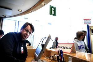 Orimligt. Att patienter får vänta på en sjukresa i tre timmar är orimligt, säger Gunnar Larsen vid receptionen vid Falu lasarett. Foto: Lars Dafgård