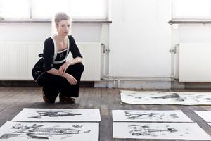 """De flesta av verken i utställningen """"Evigheter är svartvita.        Endast ett fåtal är till viss del färglagda."""
