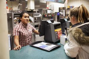 Olivia Thalén, medarbetare på McDonalds, har jobbat på snabbmatsrestaurangen i två och ett halvt år. Här serverar hon Sandra Melson, som inte vet vart hon och hennes kompisar ska ta vägen nu när McDonalds stänger.