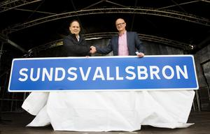 Kommunalrådet Jörgen Berglund (M) och Trafikverkets regionchef Ingemar Frej avtäckte den första skylten.