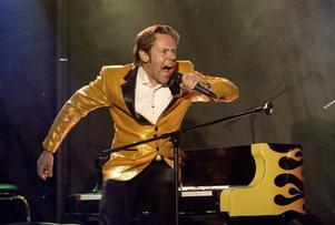 Jerry Carlsson spelade som Jerry Lee Lewis med alla kroppsdelar på pianot.
