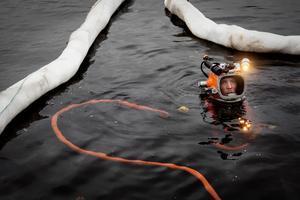 Christoffer Rosén är en av två dykare på plats i Insjön för att bärga tunnorna.