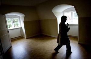 På övervåningen finns en mindre lägenhet där vaktmästaren tidigare bodde.