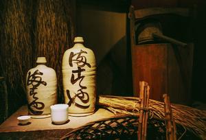 Den mest klassisks drycken i Japan görs på polerat ris och kallas sake. Drycken har många likheter med vin men tillverkningsmetoden liknar mer ölbryggning. Här finns butiker som specialiserat sig på sake.   Jörgen Ulvsgärd