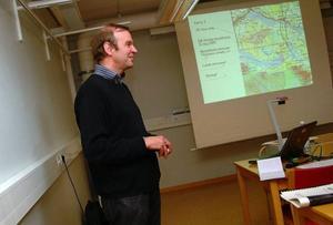 Harry Westermark tycker inte att han drivit frågan om riksintresset för vindkraft i Moskogen på ett otillbörligt sätt. Bilden är från ett vindkraftsmöte 2008 i Järpen, då Energimyndigheten precis utropat Moskogen till riksintresse för vindkraft. Foto: Elisabet Rydell-Janson