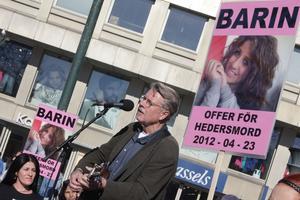 Mikael Viehe spelade vid Stödorganisationen Tänk om! som på onsdagen arrangerade en manifestation mot hedersvåld till minne av den knivmördade 19-åringen i Landskrona.