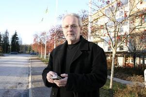 SKA MINSKA RÖKANDET. Kommunens personalchef, Ulf Back, har en viktig roll i arbetet med att minska användandet av tobak bland Hofors kommunanställda. Han är själv rökare sedan många år och får nu som en utmaning att jobba fram en tobakspolicy.