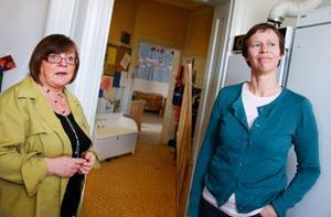 Förskollärarna AnnaLena Zetterberg och Maria Wrangel tycker att både förskolepersonal och personal inom vård- och omsorg borde få fria arbetskläder.  Foto: Ulrika Andersson