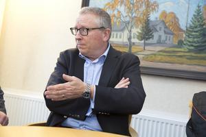 Kommunens advokat Peter Savin förklarar nu varför kommunen bestämt att Spendrups vatten ska forsa fram i en rörtyp som underkänns av NCC.
