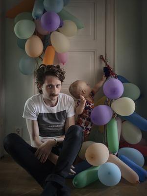Malmöfotografen Johan Bävman skildrar föräldralediga pappor i Sverige. Fotoserien visas på Arbetets museum i Norrköping i sommar.